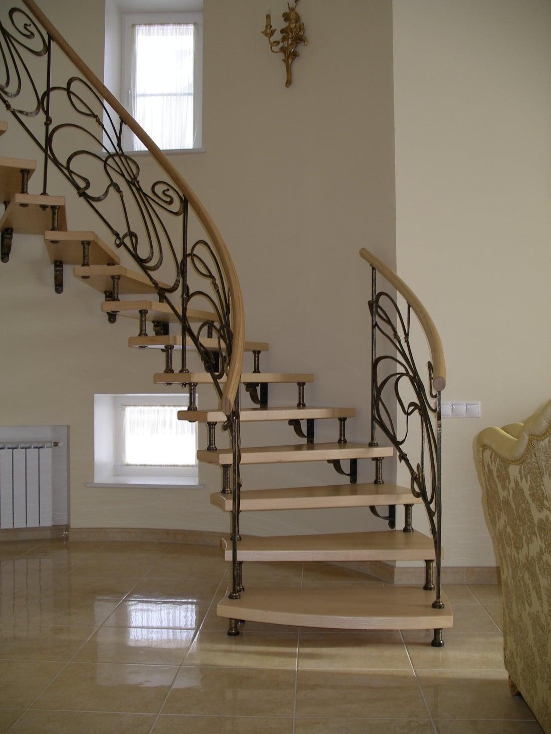 Кованая лестница на больцах