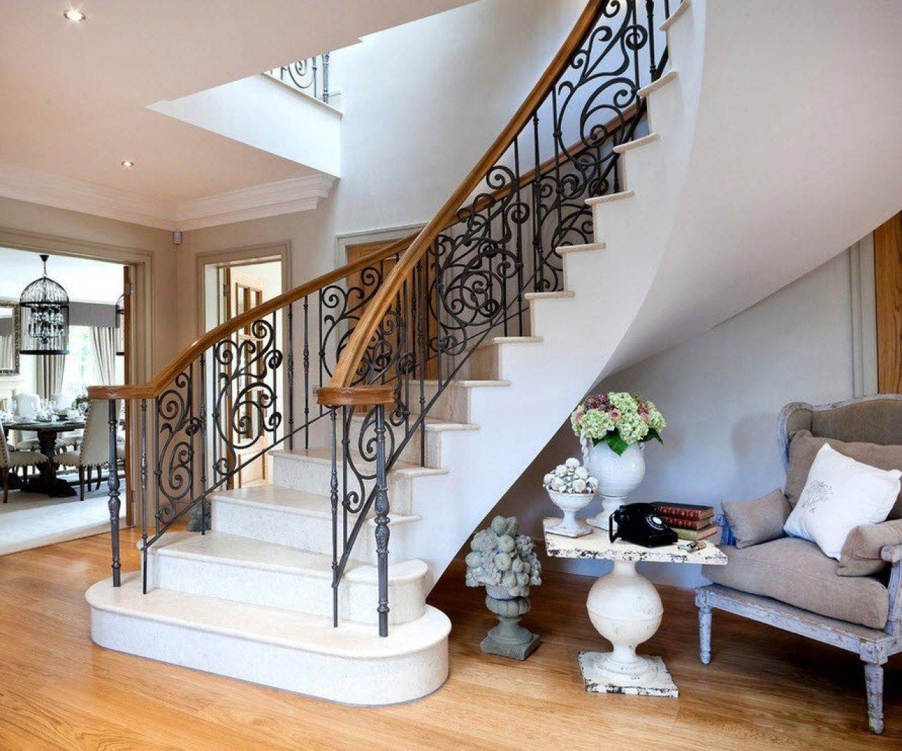 Маршевая лестница с кованым декором