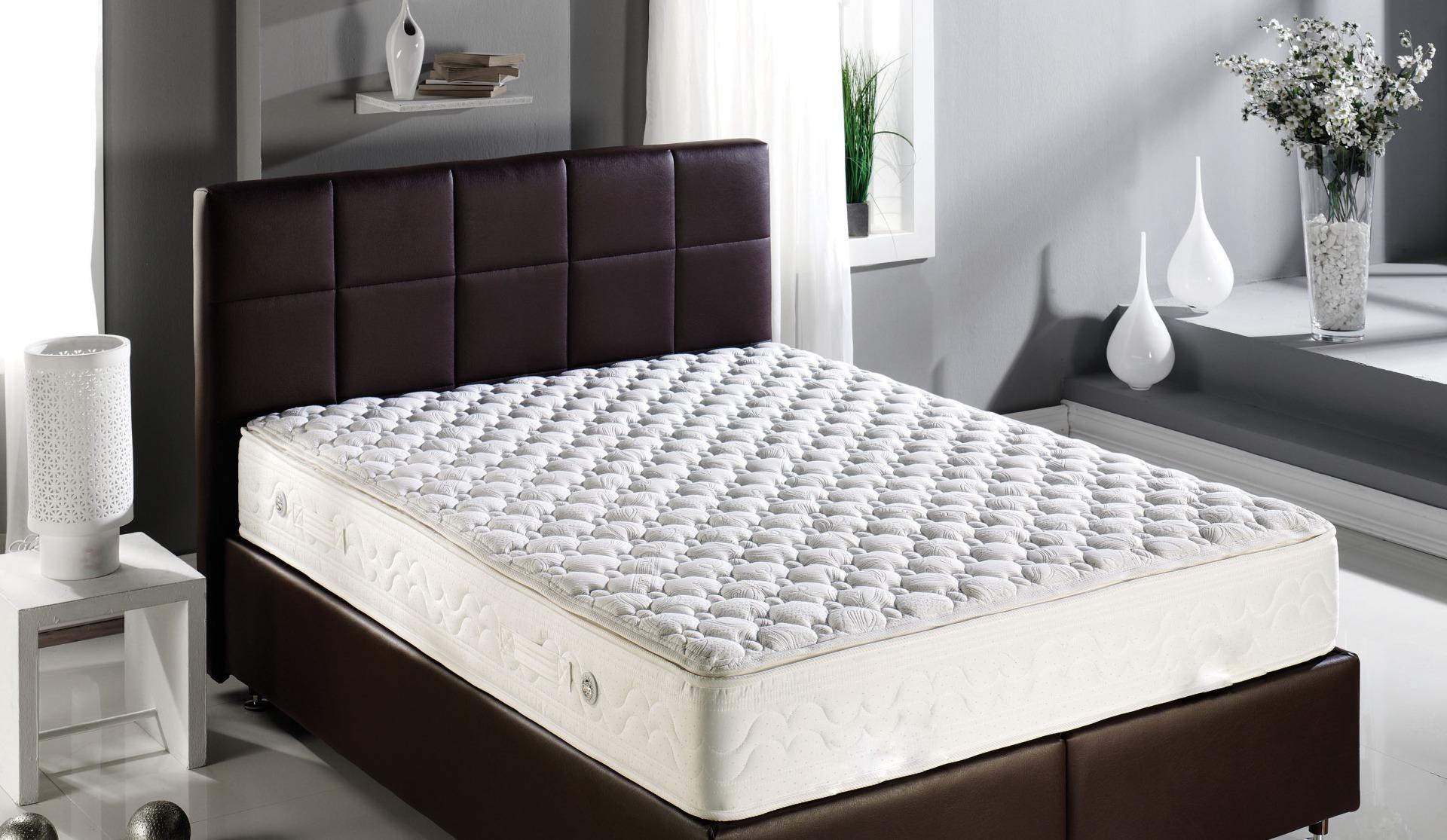 Водяной матрас на кровати из кожи
