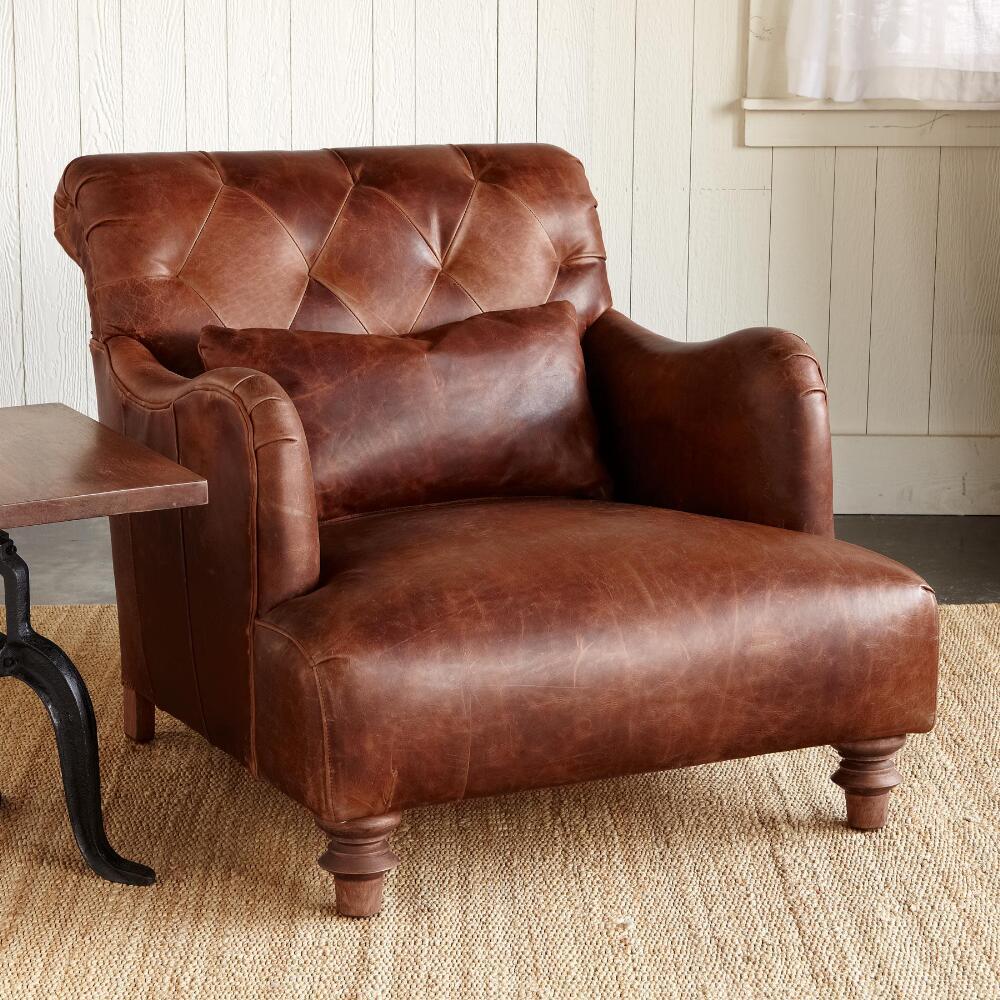 Красно-кирпичное кожаное кресло в интерьере