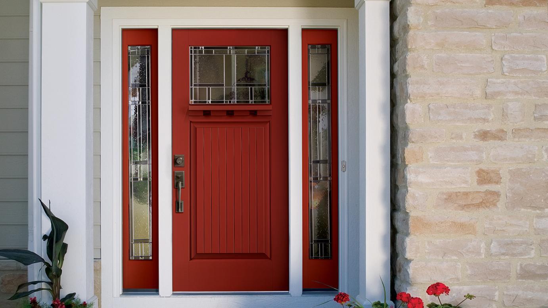 Красная входная дверь со стеклом