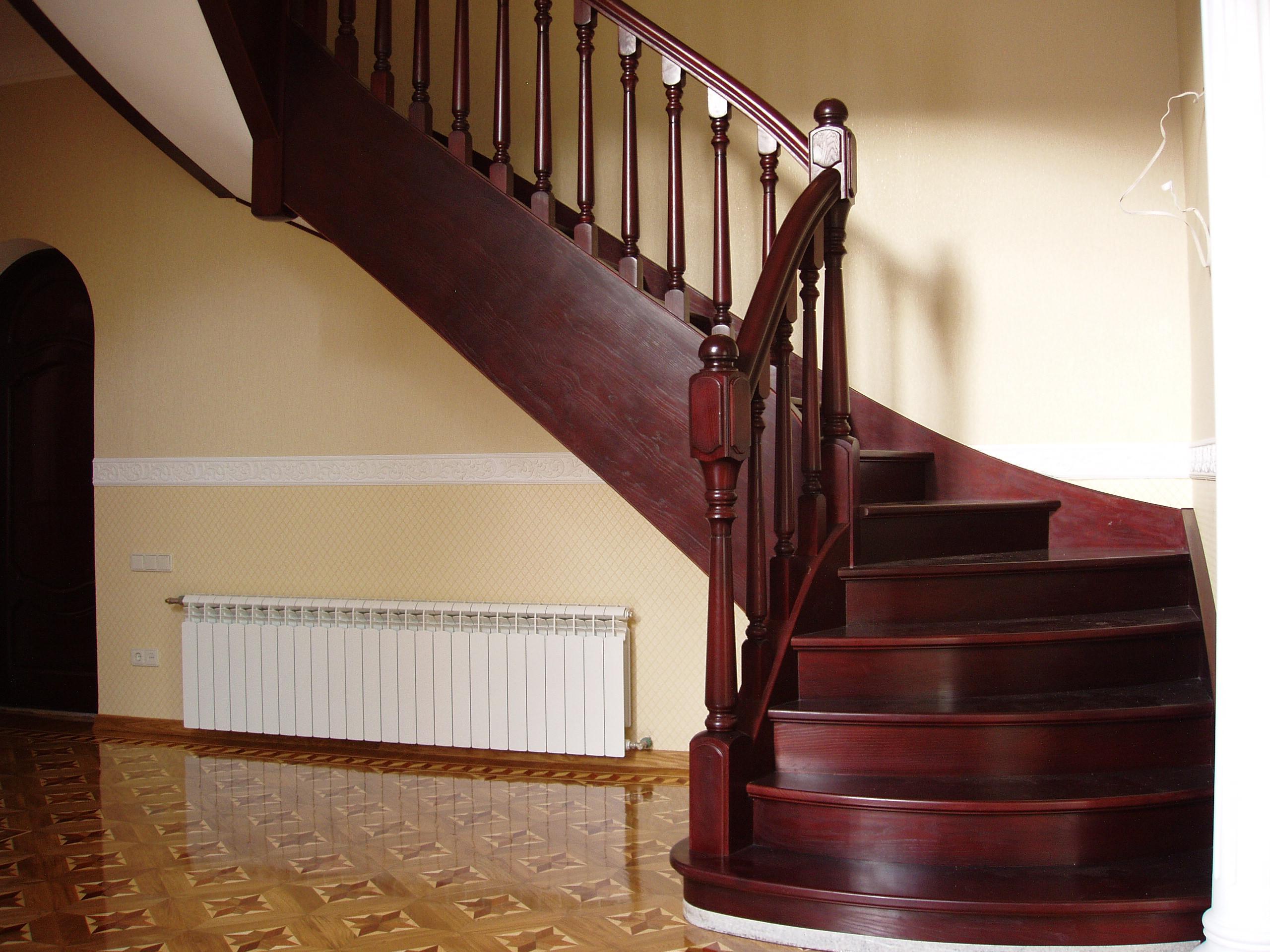 Маршевая лестница из красного дерева