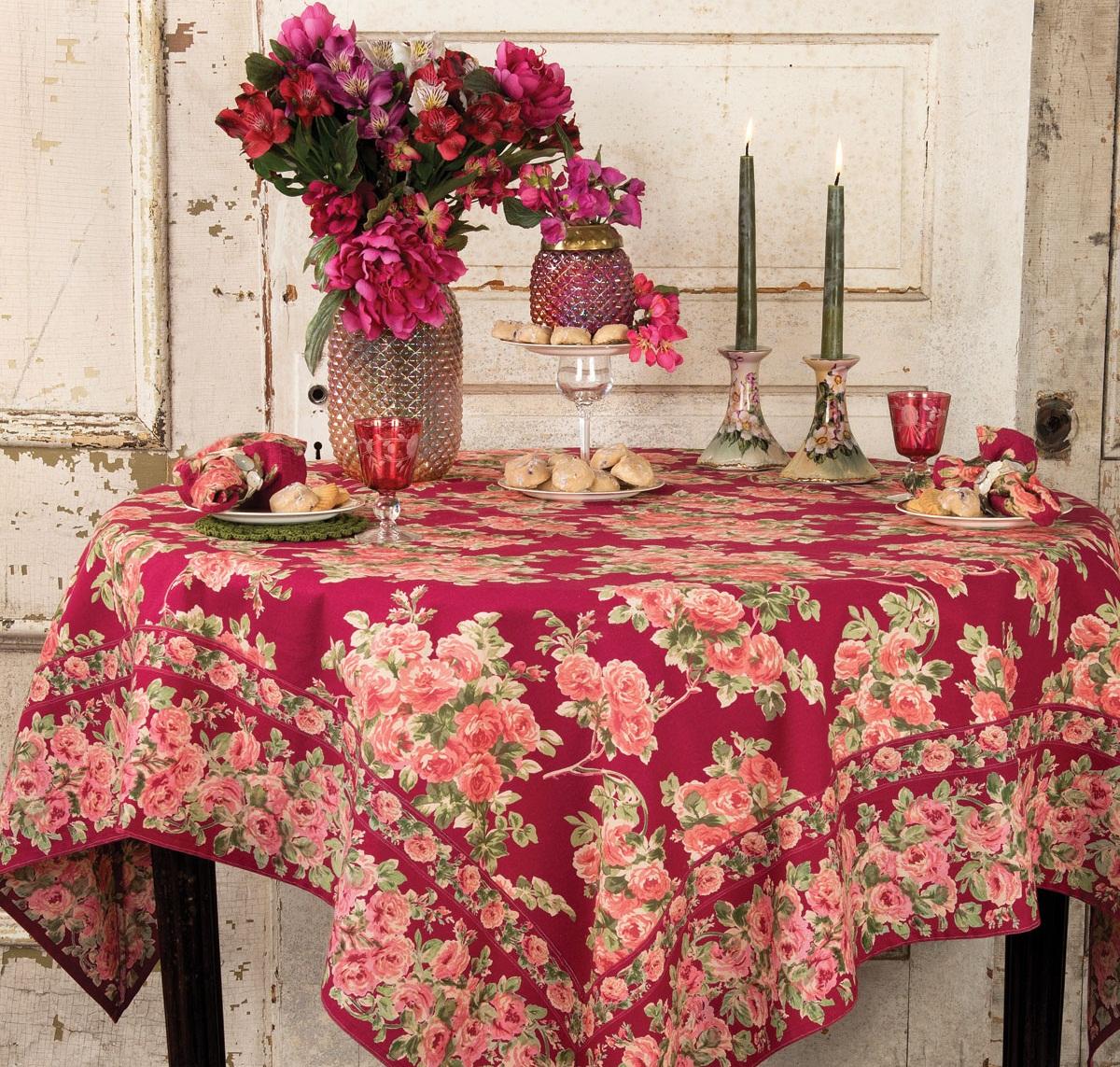 Красная скатерть на круглом столе