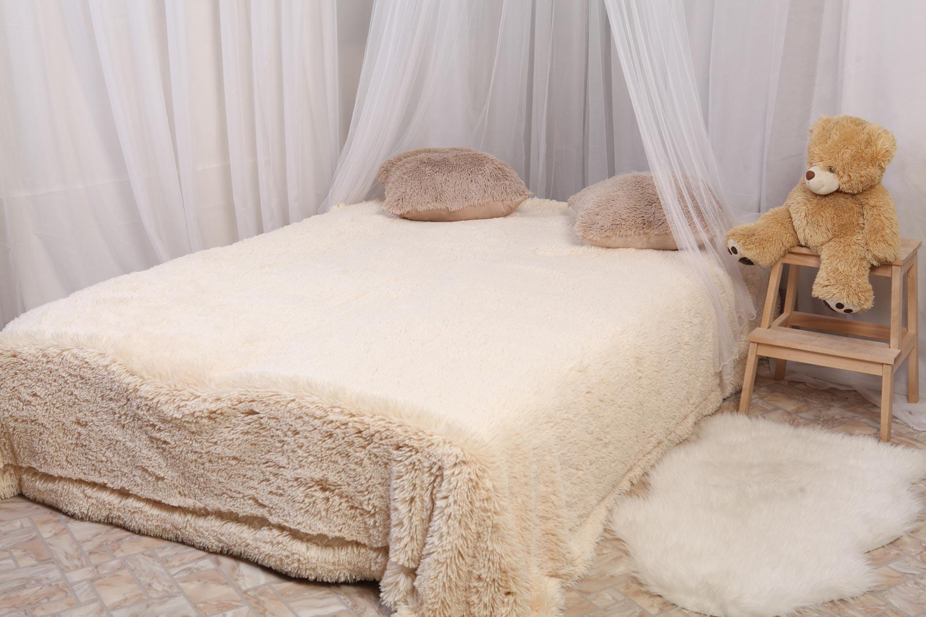 Меховое покрывало на кровати