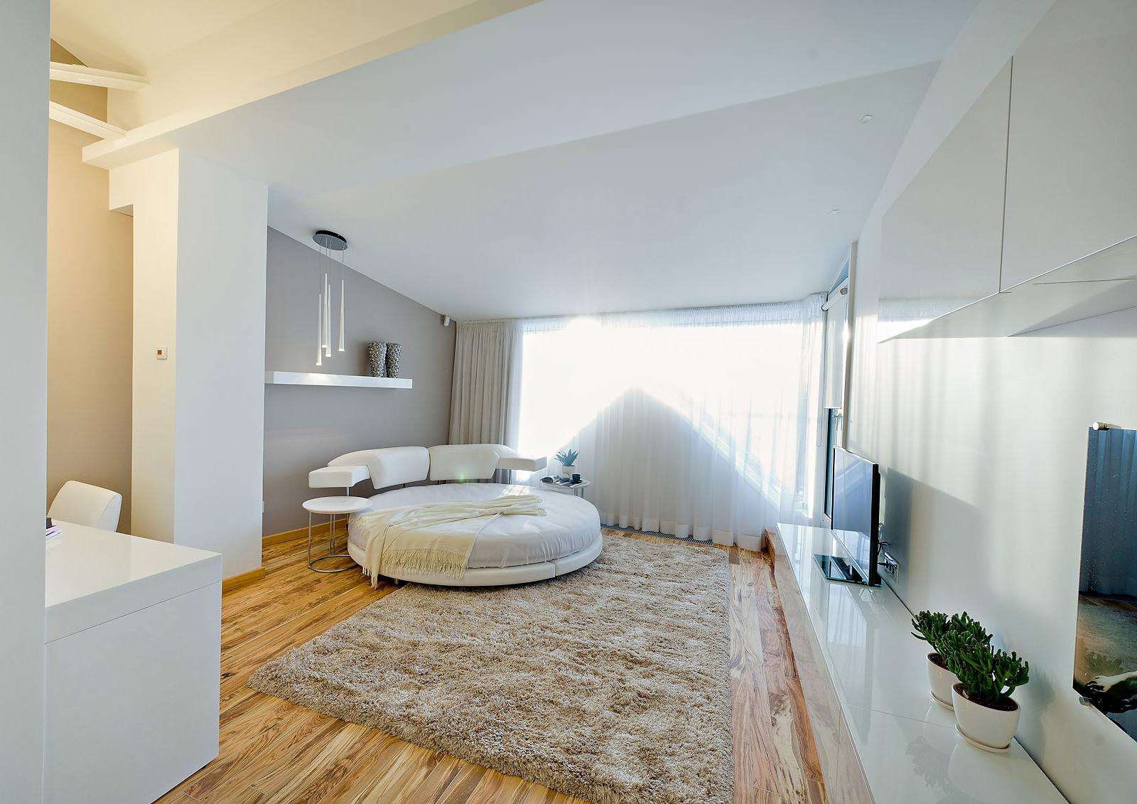 Кровать у окна