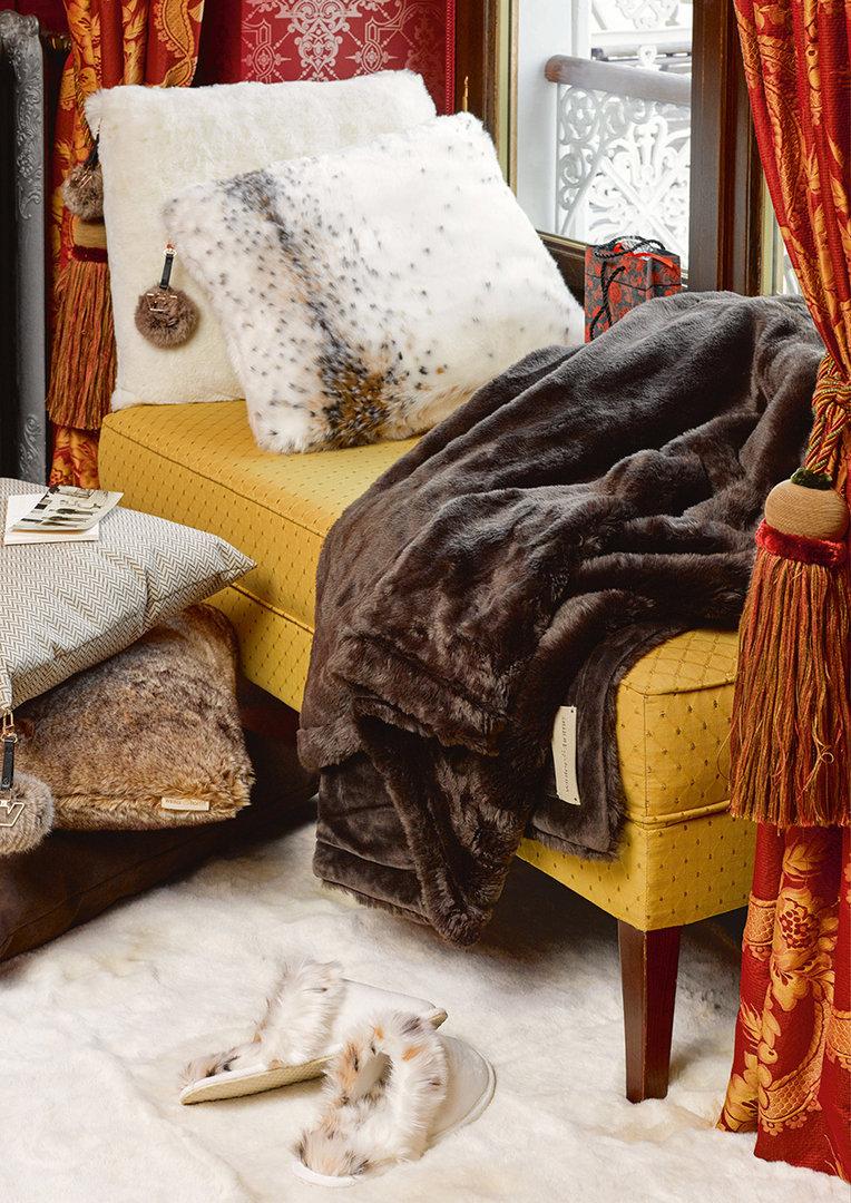 Меховой плед на кушетке в гостиной