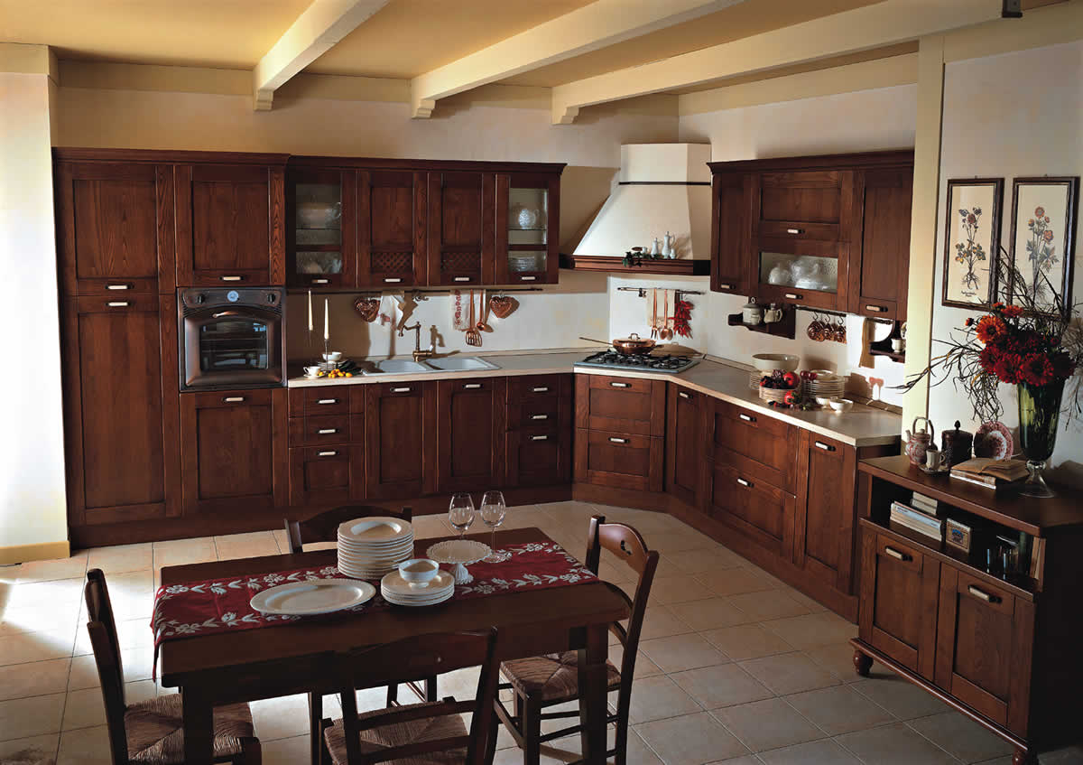 Угловая вытяжка на деревянной кухне