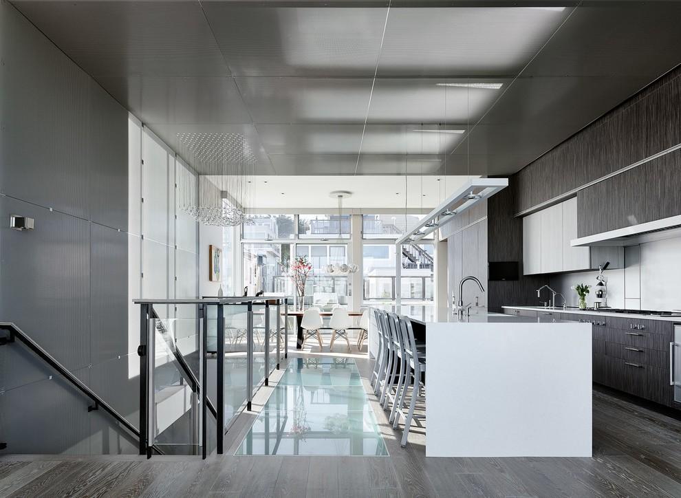 Стеклянный декор на полу кухни