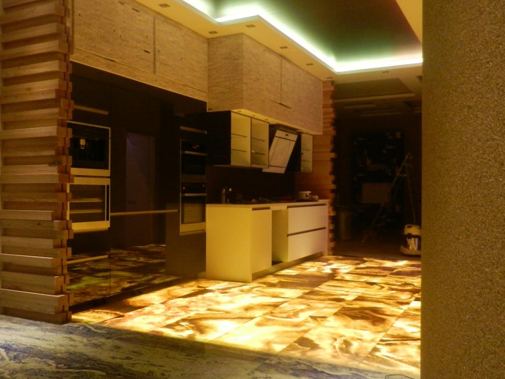 Подсветка пола в интерьере кухни