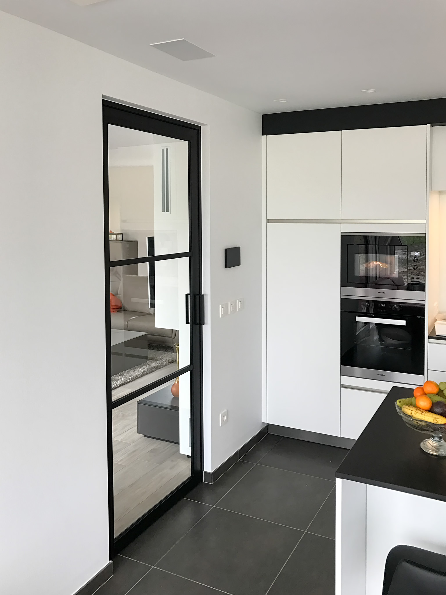 Межкомнатная дверь со стеклом на кухне