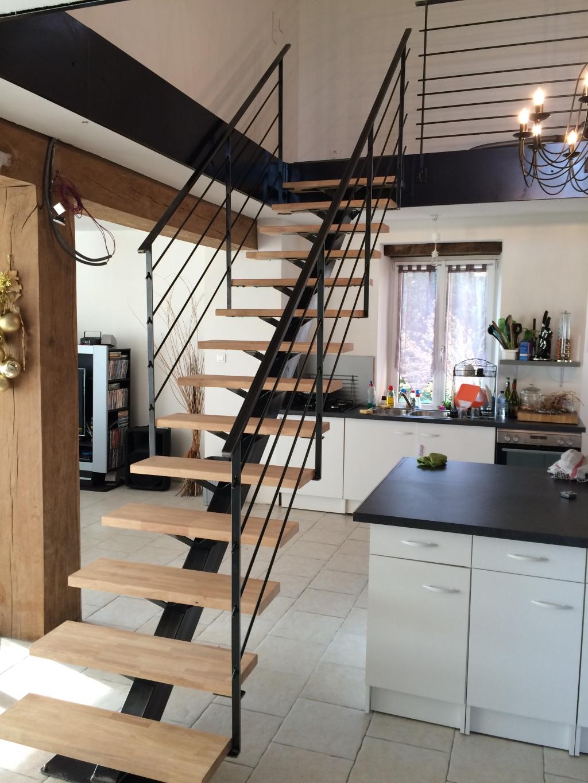 Лестница на второй этаж на кухне на металлическом каркасе
