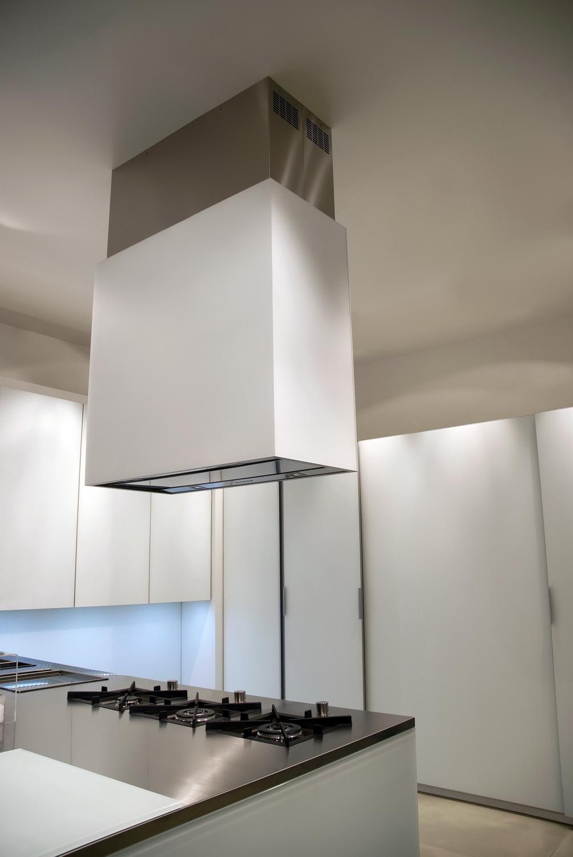 Островная вытяжка квадратной формы на кухне
