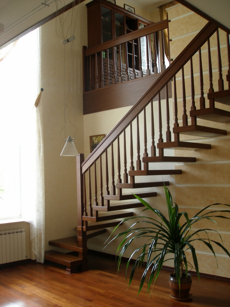 Лестница на больцах в интерьере квартиры