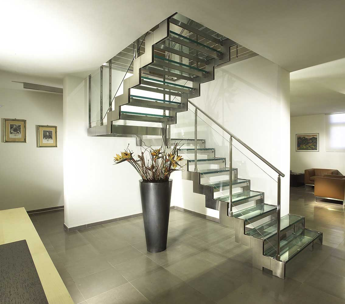 Лестница на металлическом каркасе в интерьере квартиры