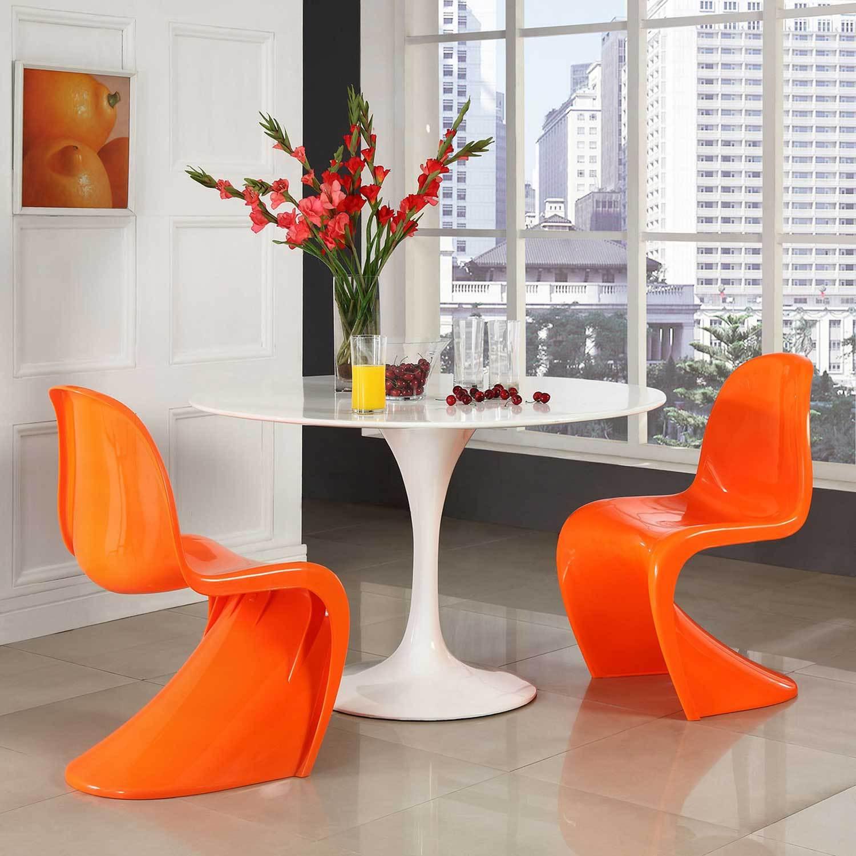 Глянцевый стол в интерьере квартиры