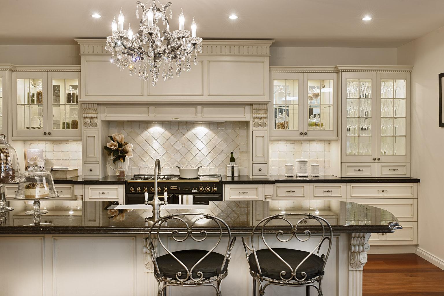 Классический гарнитур на кухне в интерьере квартиры