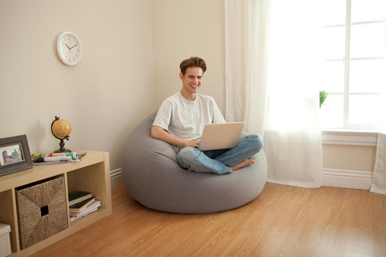 Надувное кресло в интерьере квартиры