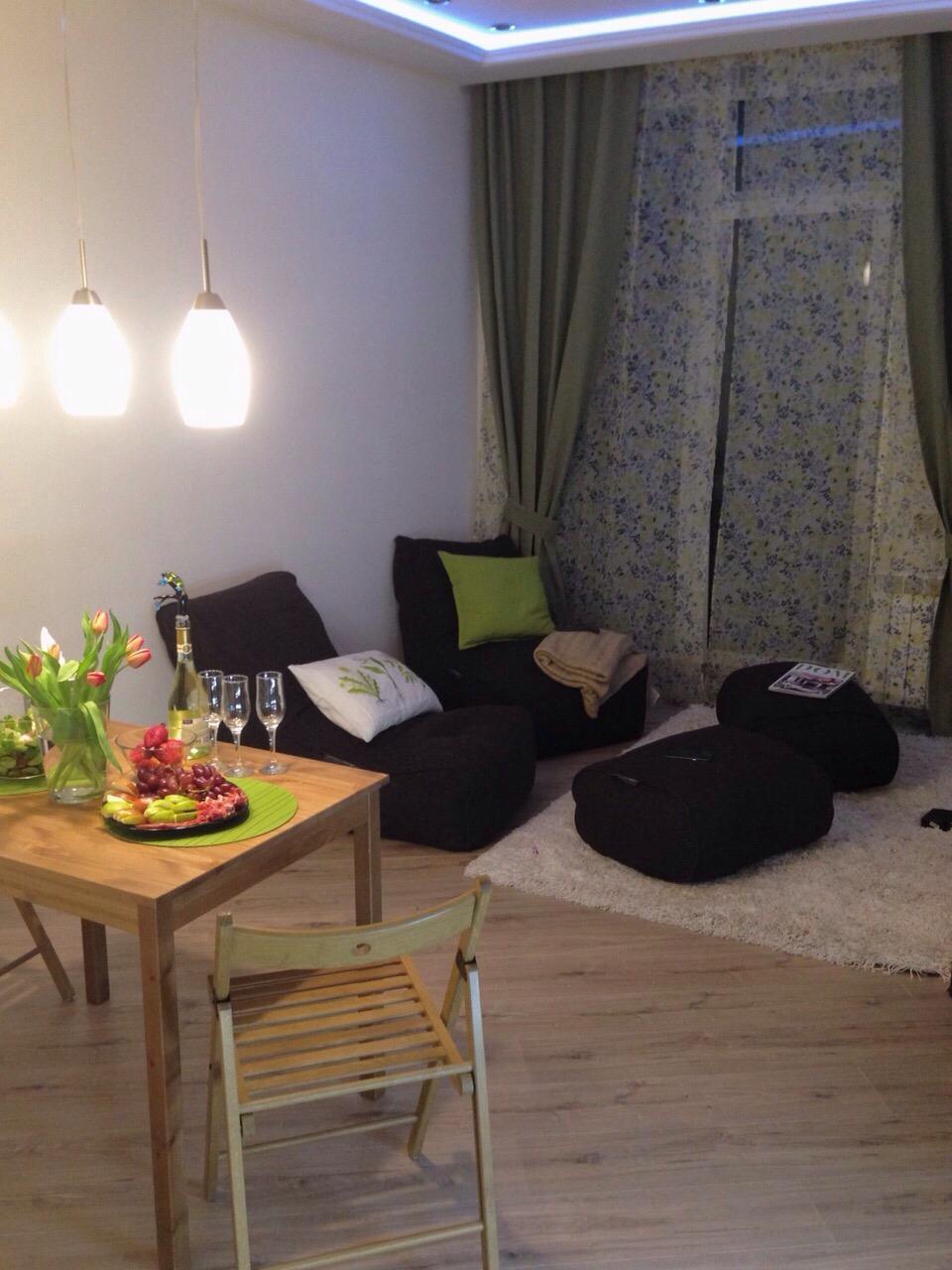 Бескаркасная кровать в интерьере гостиной