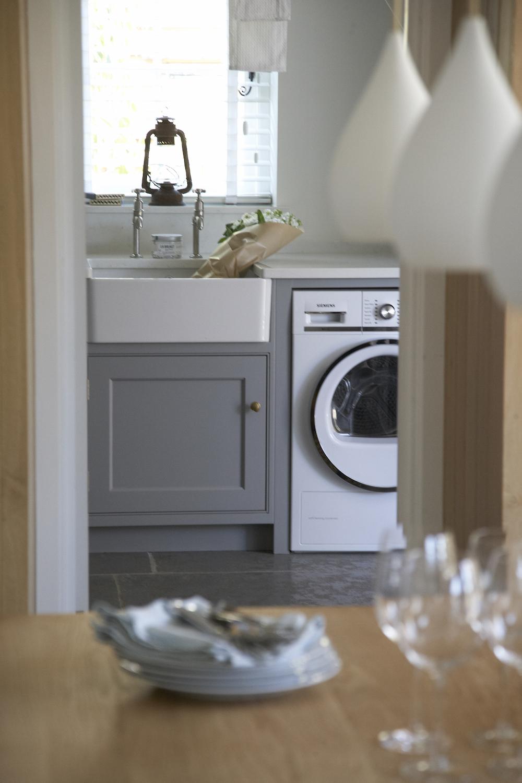 Стиральная машина на кухне в квартире