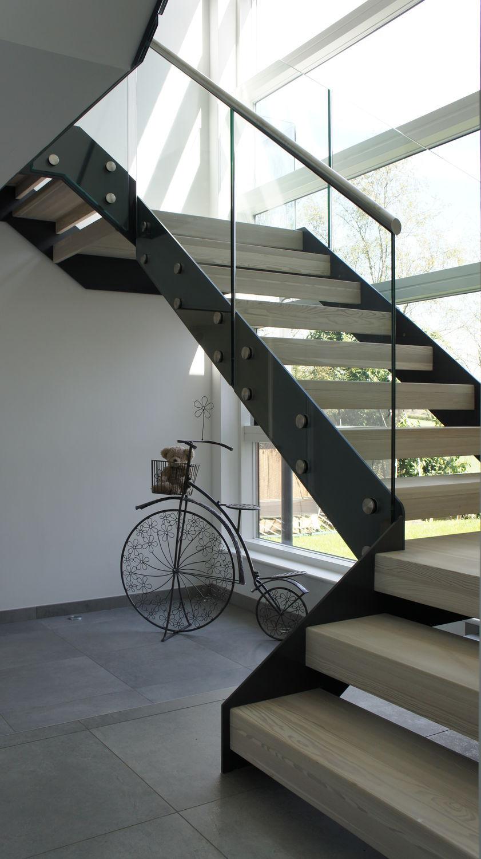 Лестница на второй этаж на металлическом каркасе с ламинированными ступеньками