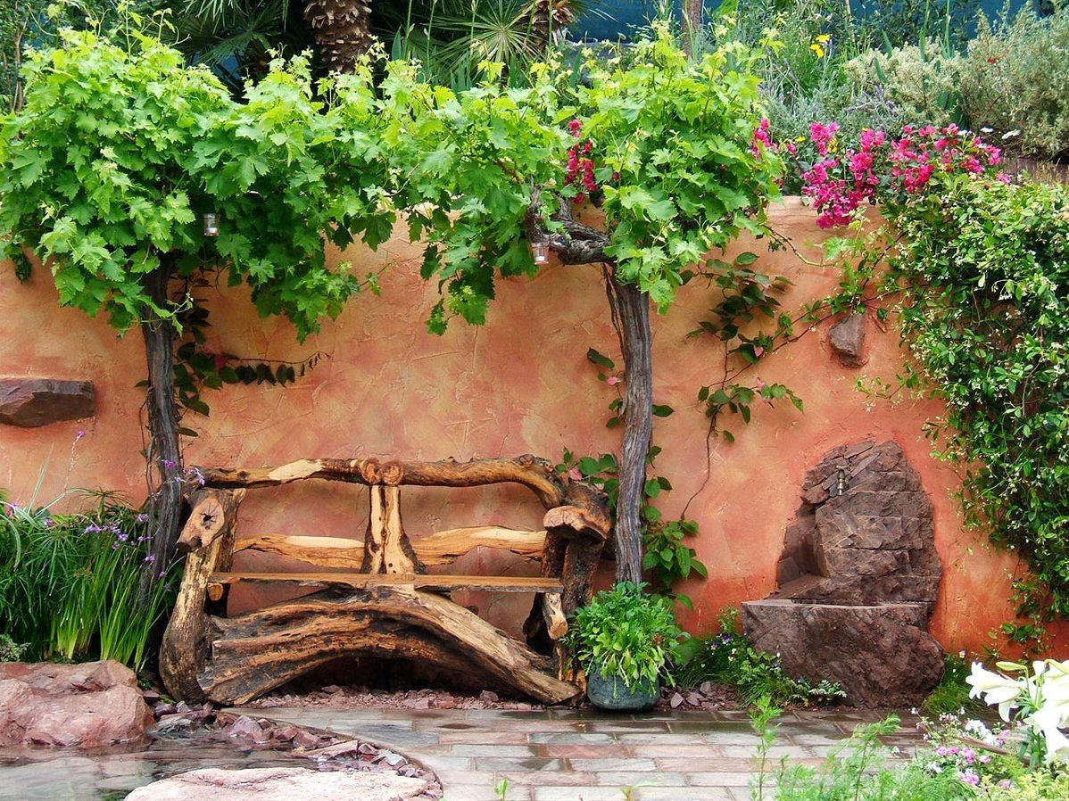 Лавочка из дерева в саду