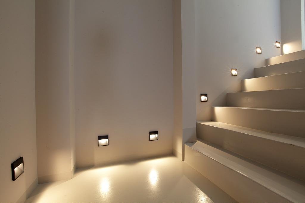 Светодиодные лампы в подсветке лестницы