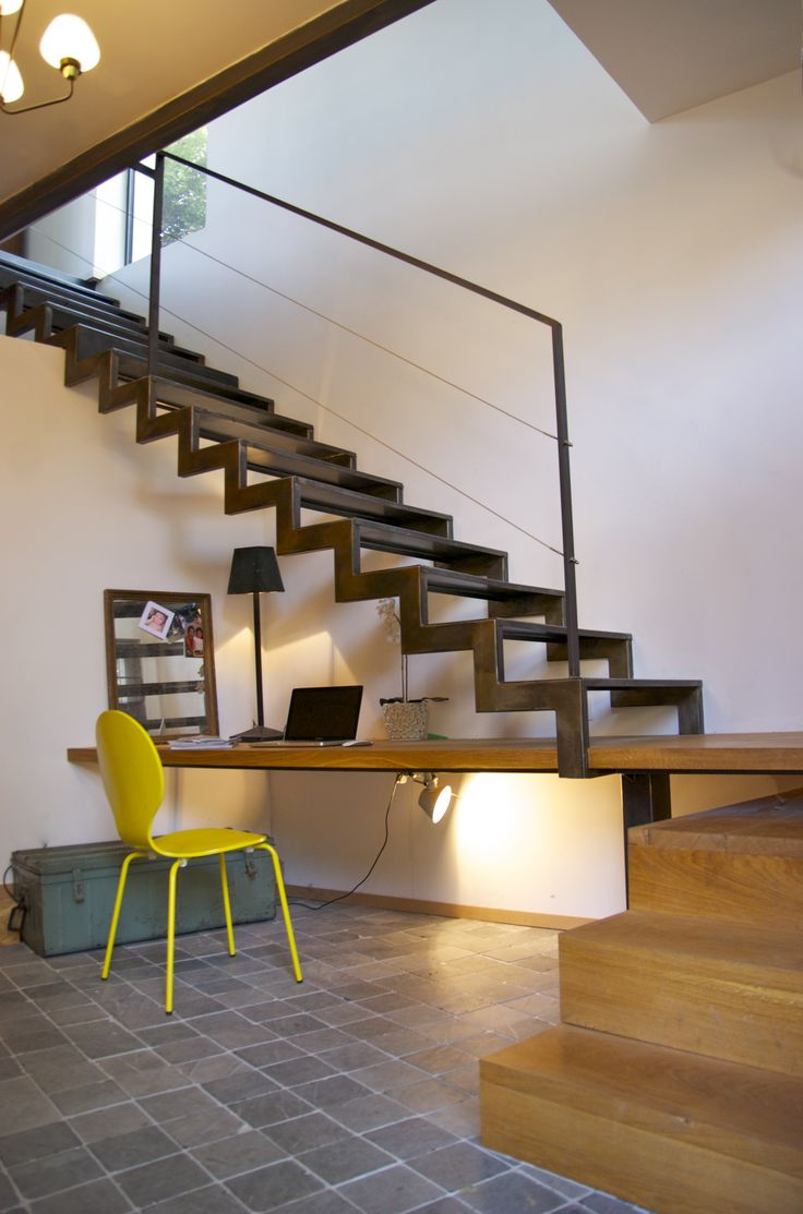 Лестница на второй этаж на металлическом каркасе литая
