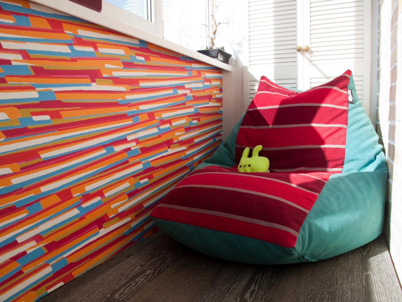 Бескаркасное кресло в лоджии