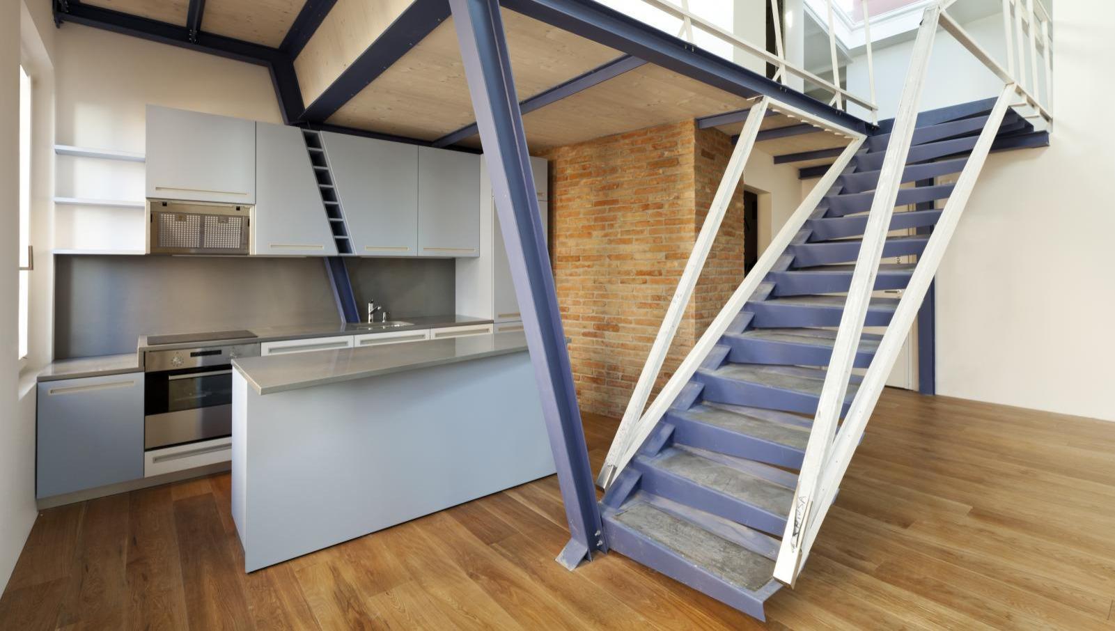 Лестница на второй этаж на металлическом каркасе лофт