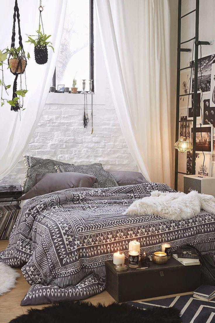 Кровать изголовьем к окну в стиле лофт