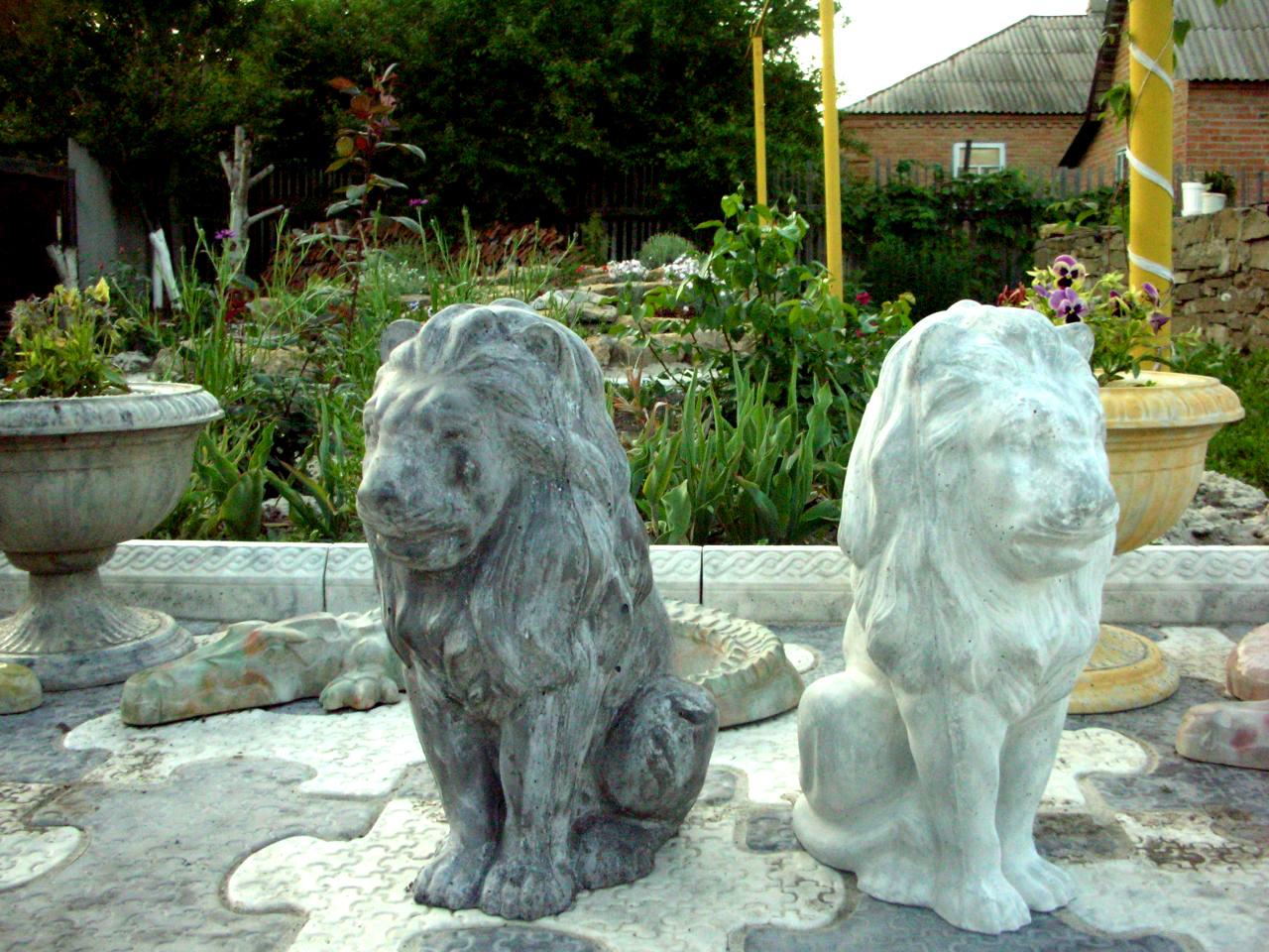 Скульптура льва в саду