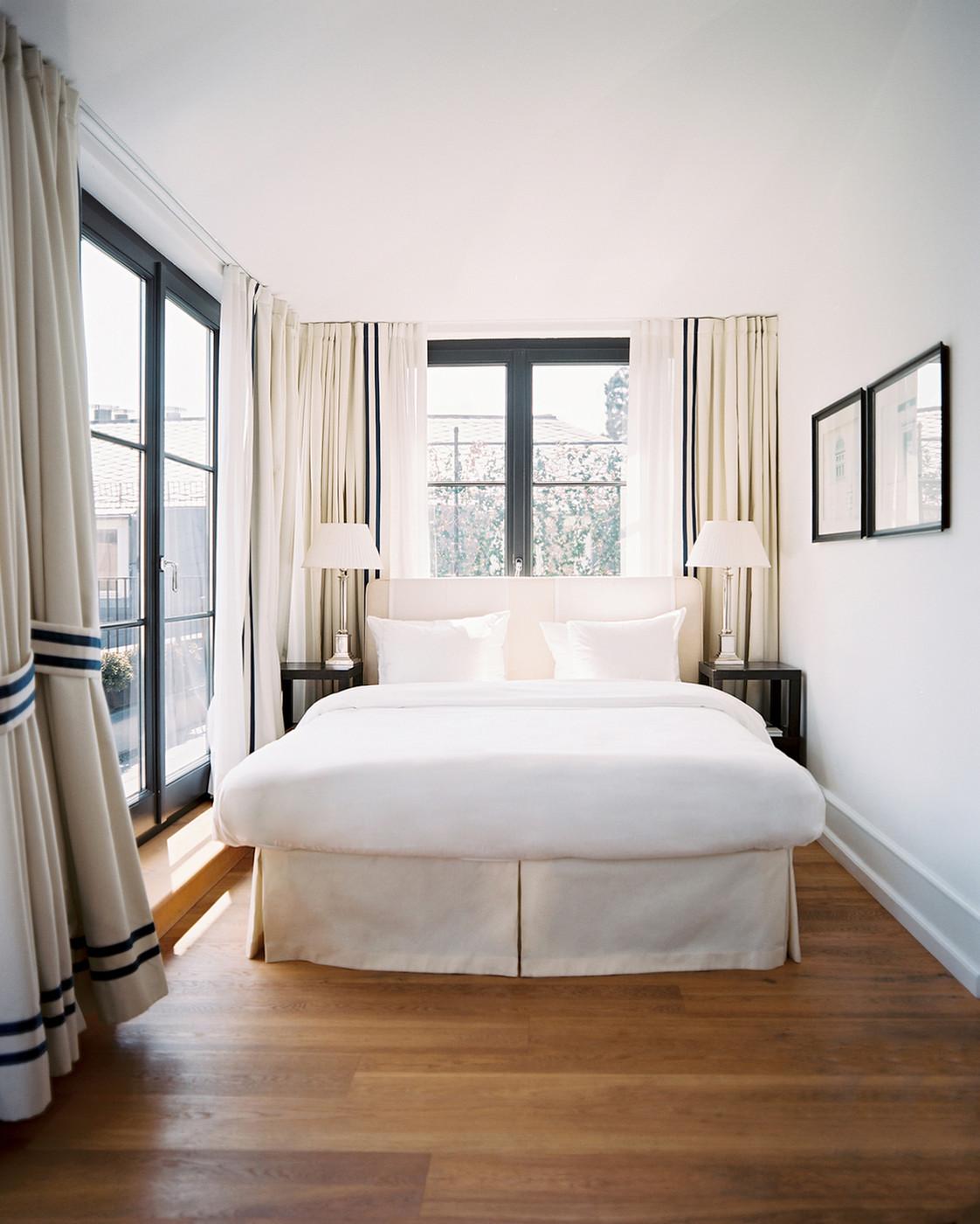 Кровать изголовьем к окну маленькая