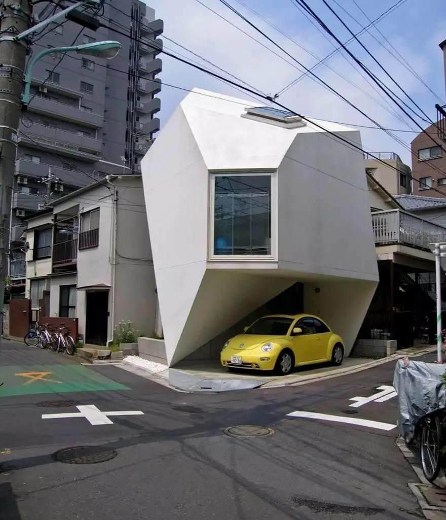 Маленький дом необычной формы