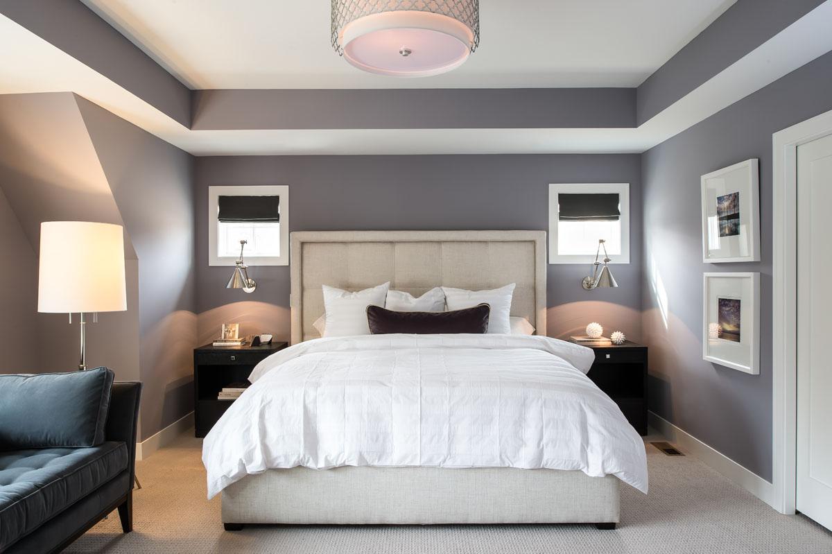 Кровать изголовьем к маленьким окнам