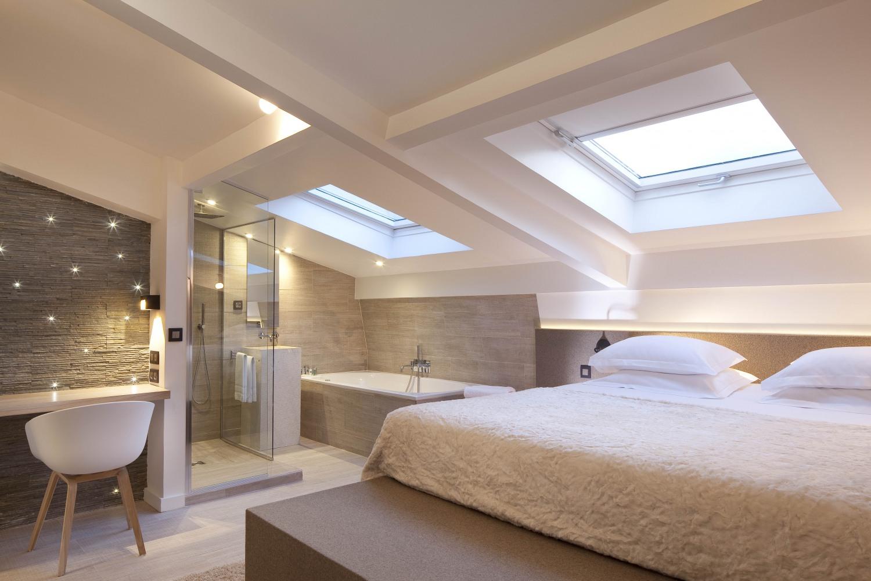 Кровать под окном на мансарде