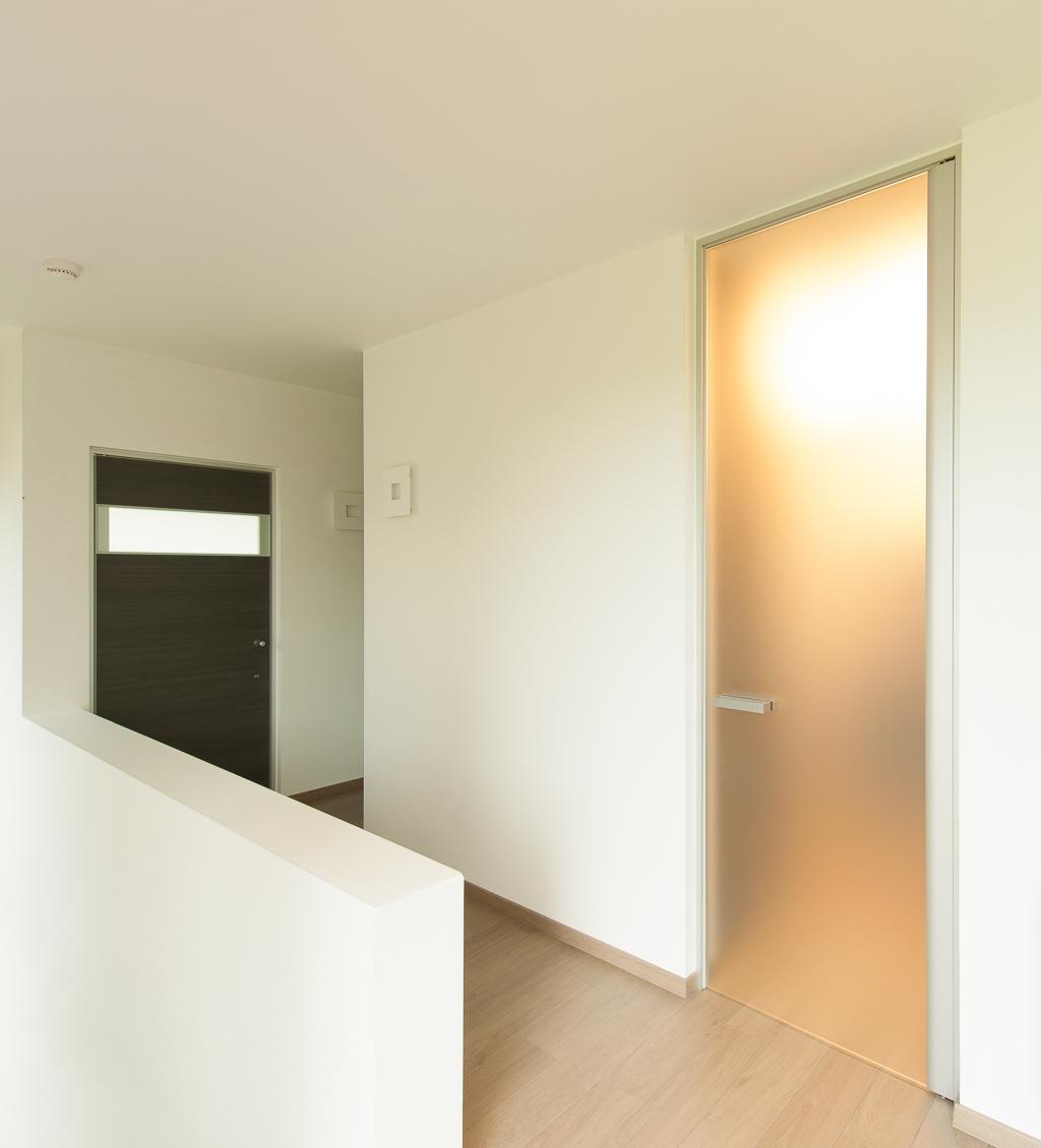 Межкомнатная дверь со стеклом матовым
