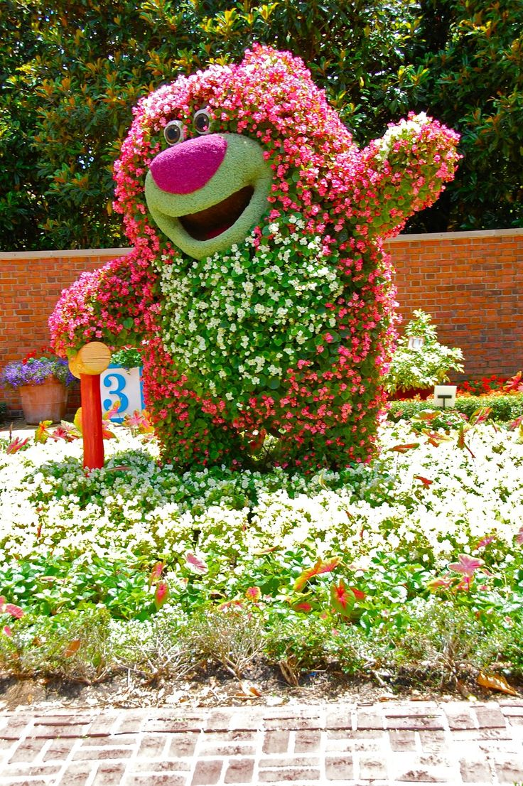 Цветочная скульптура медведя в саду
