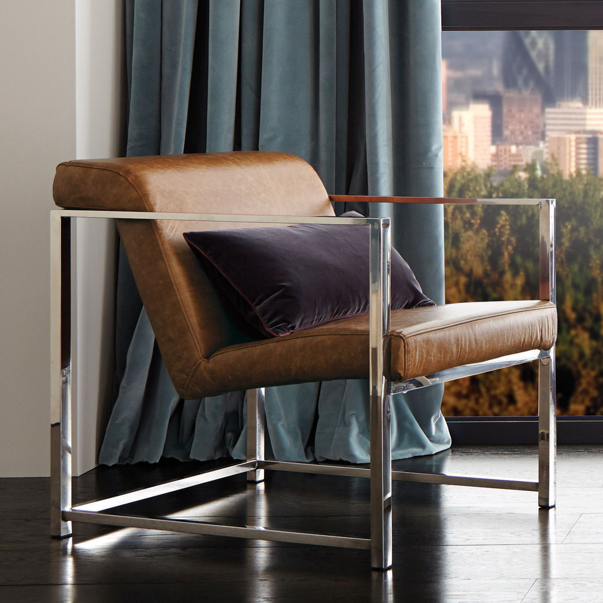 Кожаное кресло на металлическом каркасе