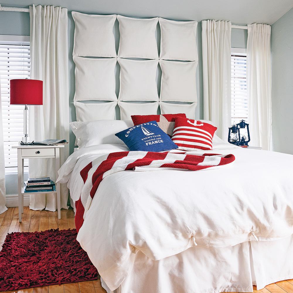 Кровать между окнами в спальне