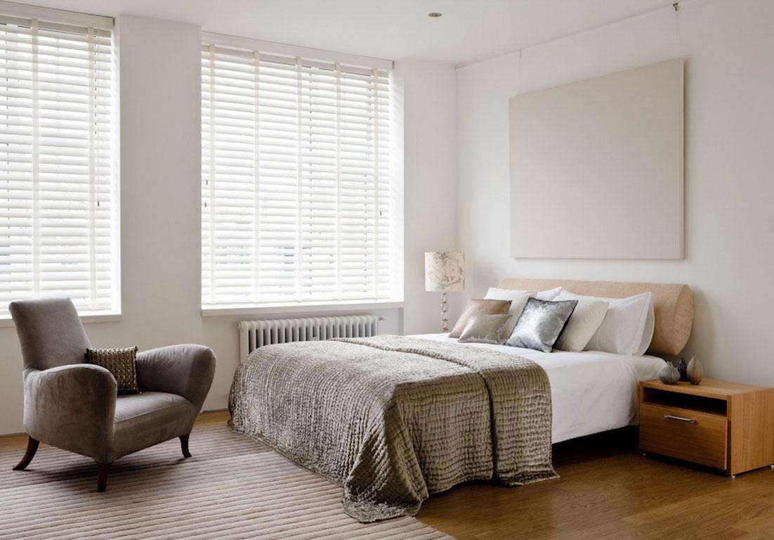 Кровать около окна в спальне в стиле минимализм