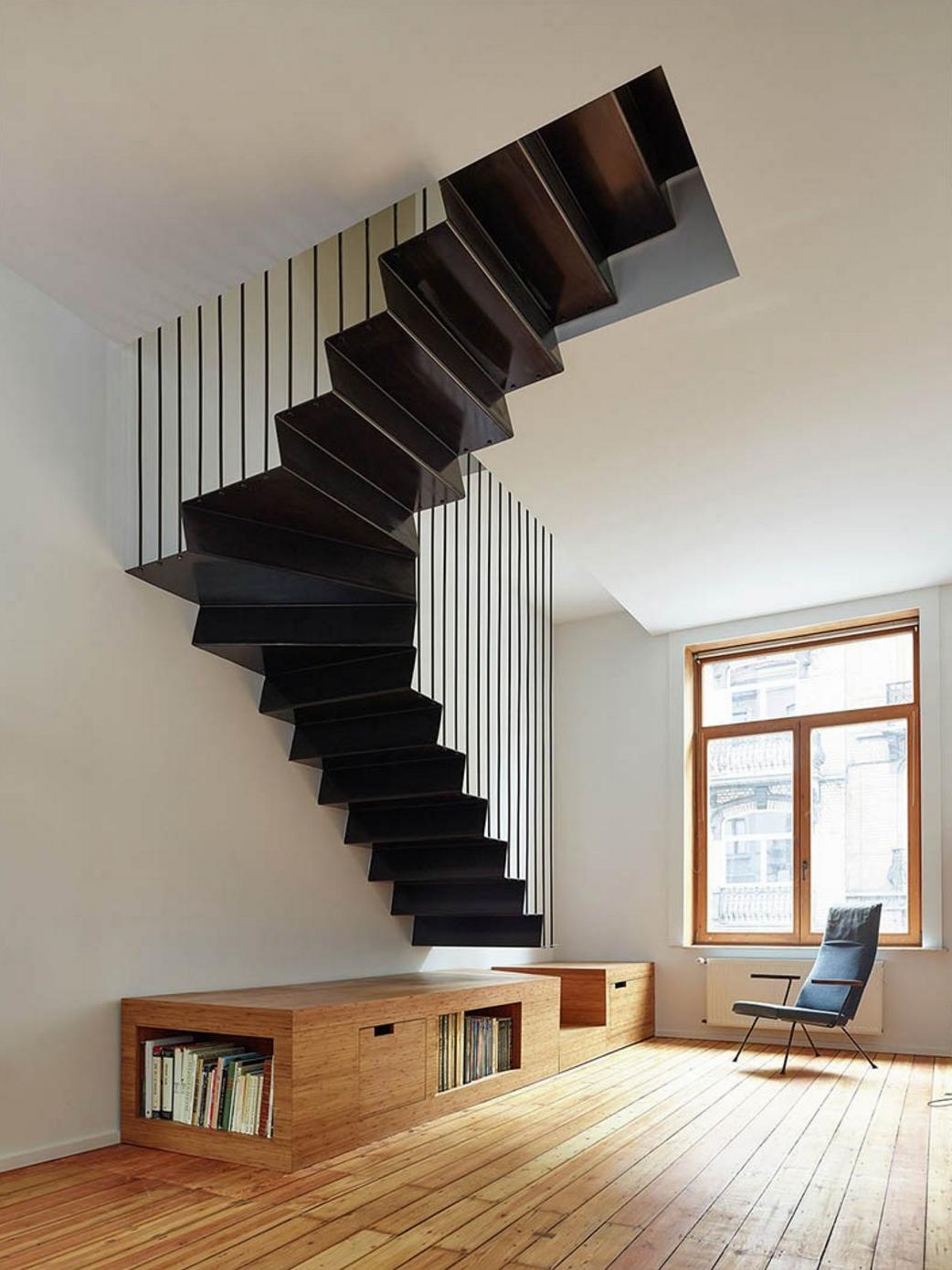 Лестница на второй этаж на металлическом каркасе модерн