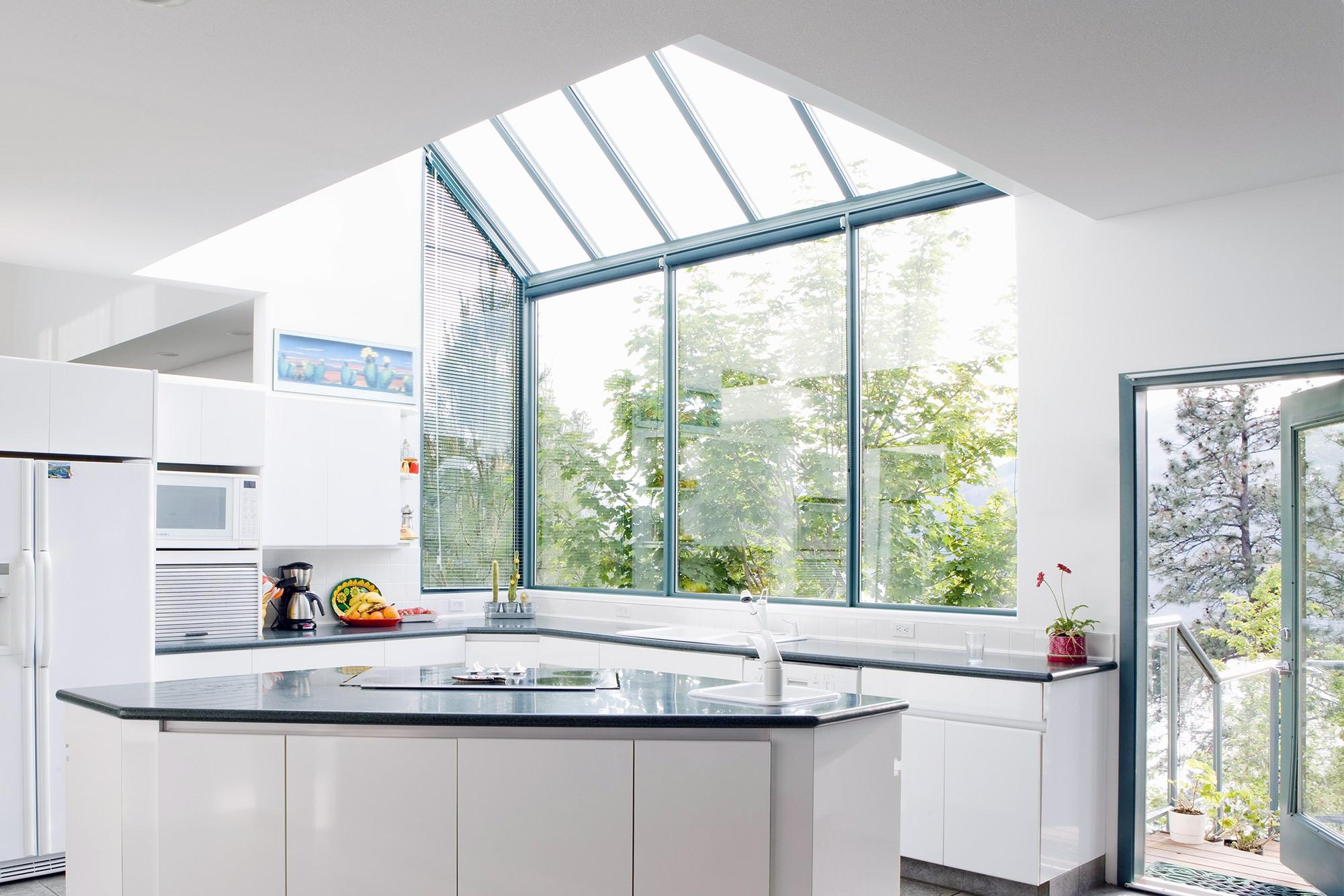 Кухня без верхних шкафов в стиле модерн