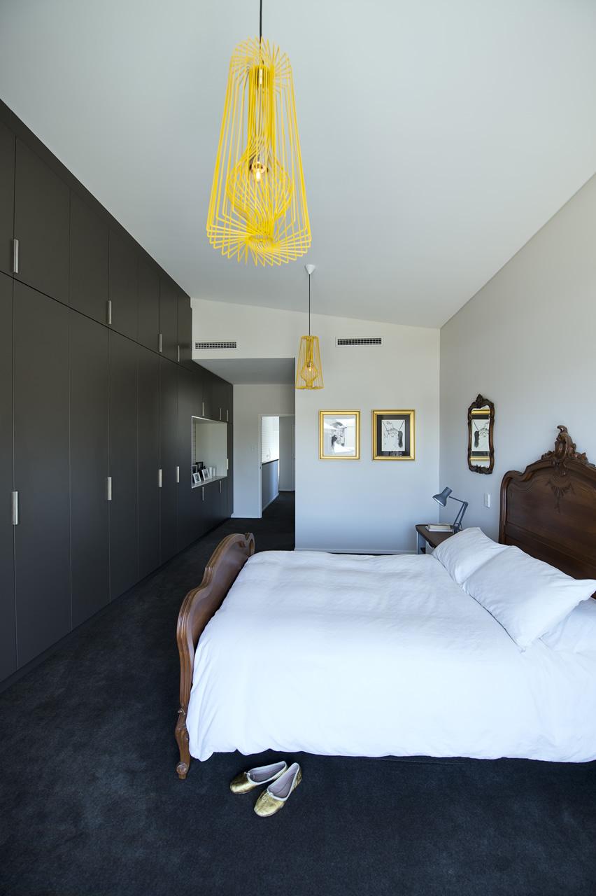 Дизайн узкой спальни в стиле модерн