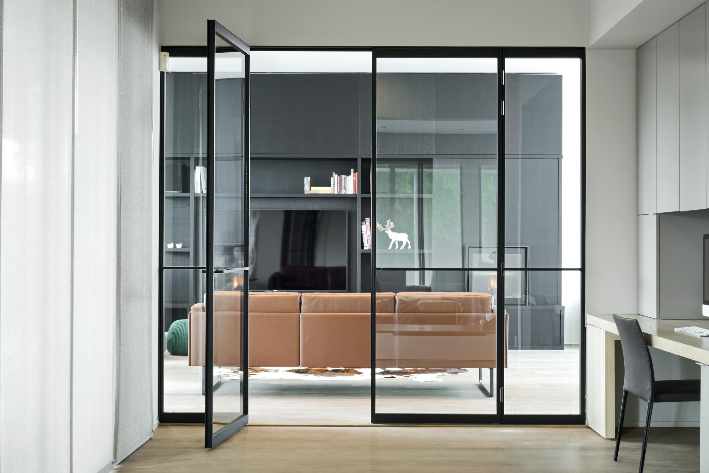 Межкомнатная дверь со стеклом модерн