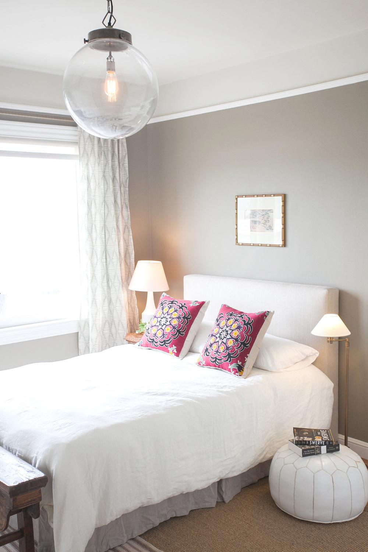 Кровать около окна в спальне модерн
