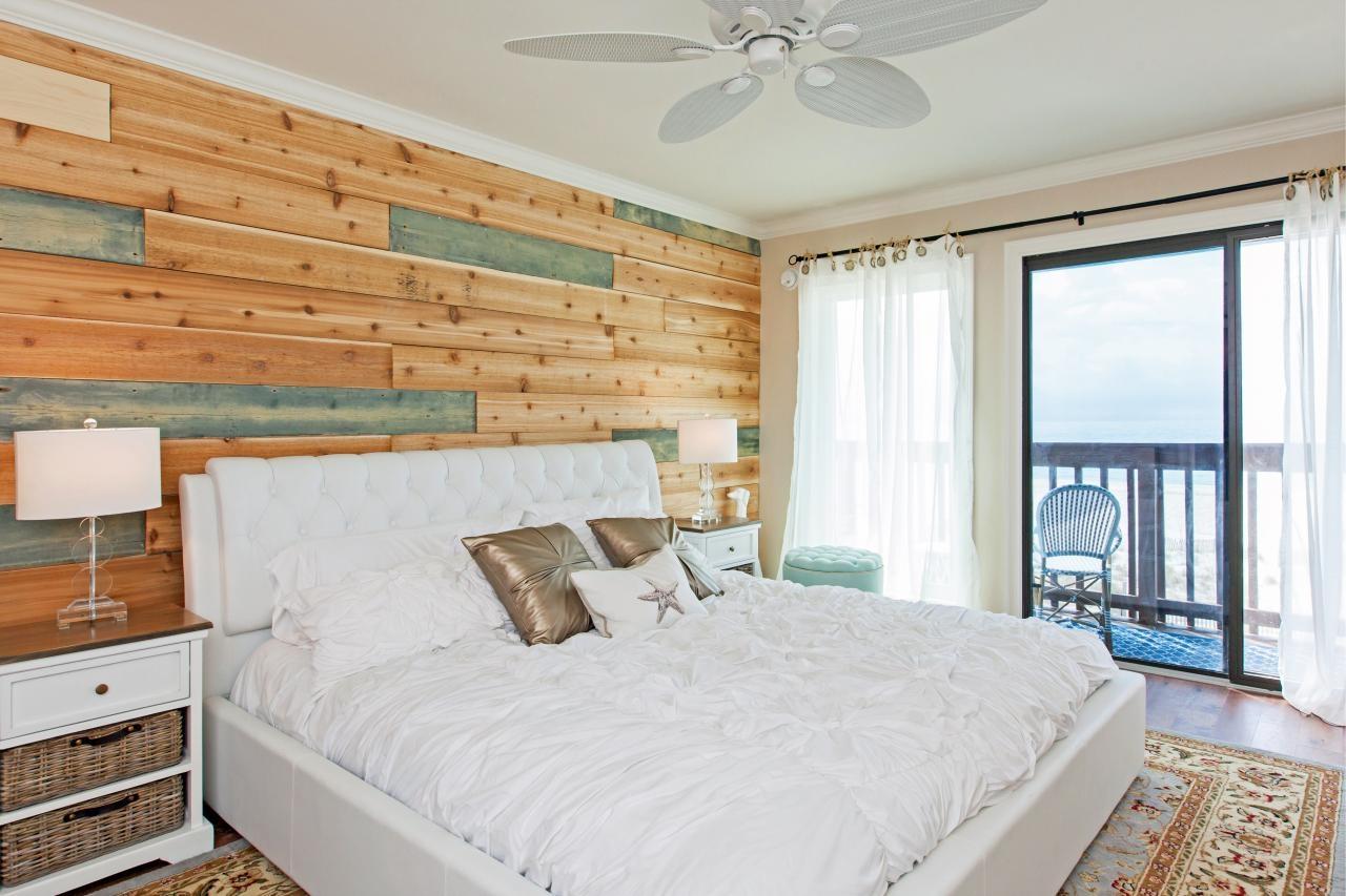 Кровать около окна в спальне в морском стиле