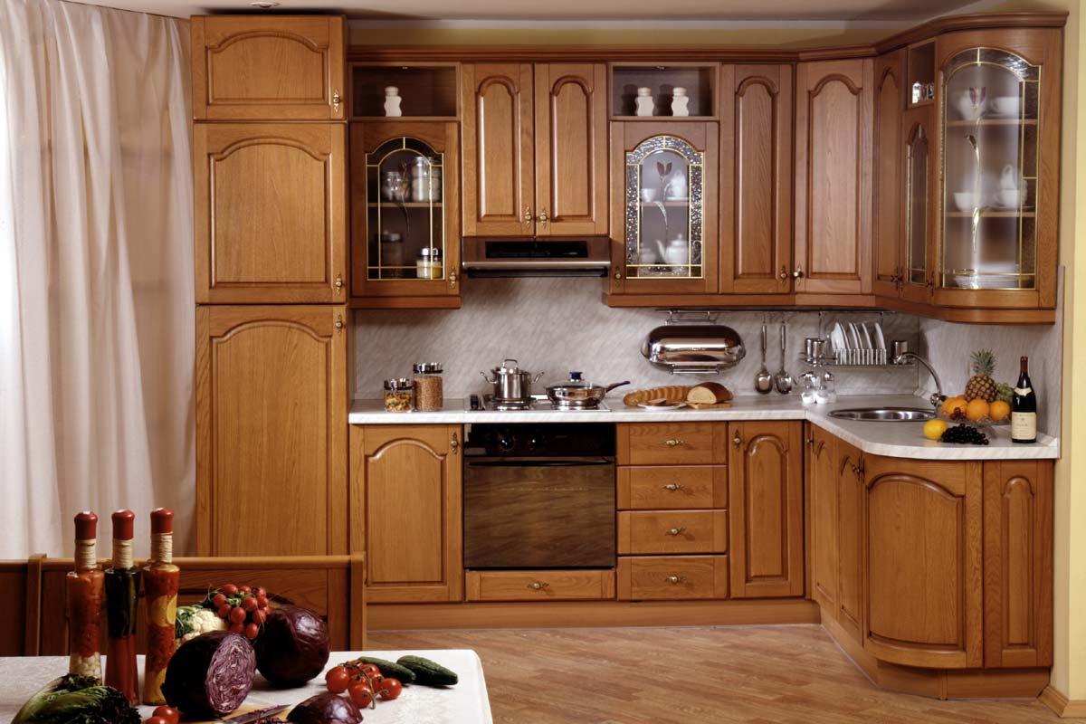 Кухня в классическом стиле со столешницей под мрамор