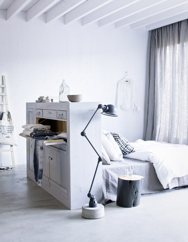 Кровать напротив окна в спальне
