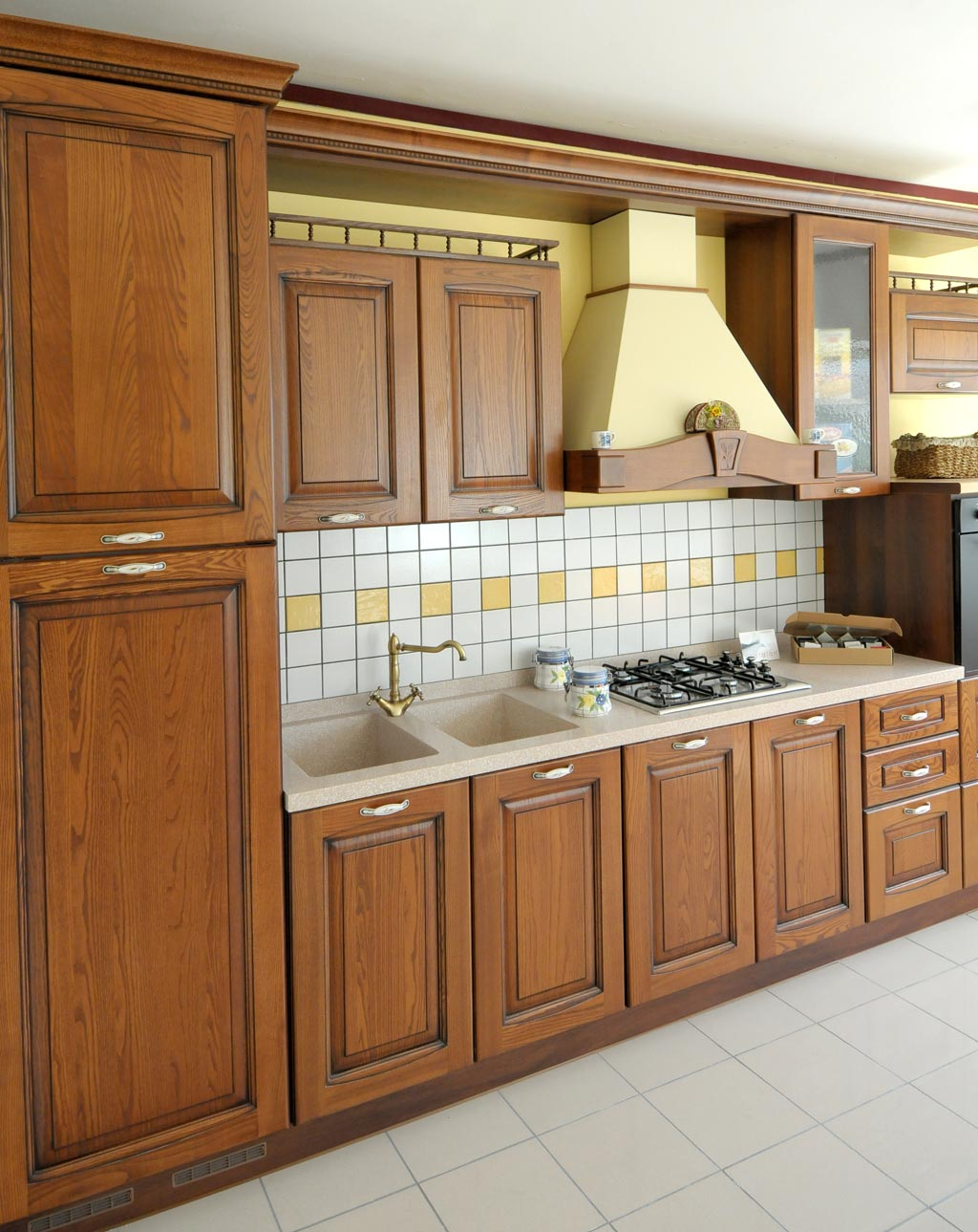 Классический кухонный гарнитур из натурального дерева