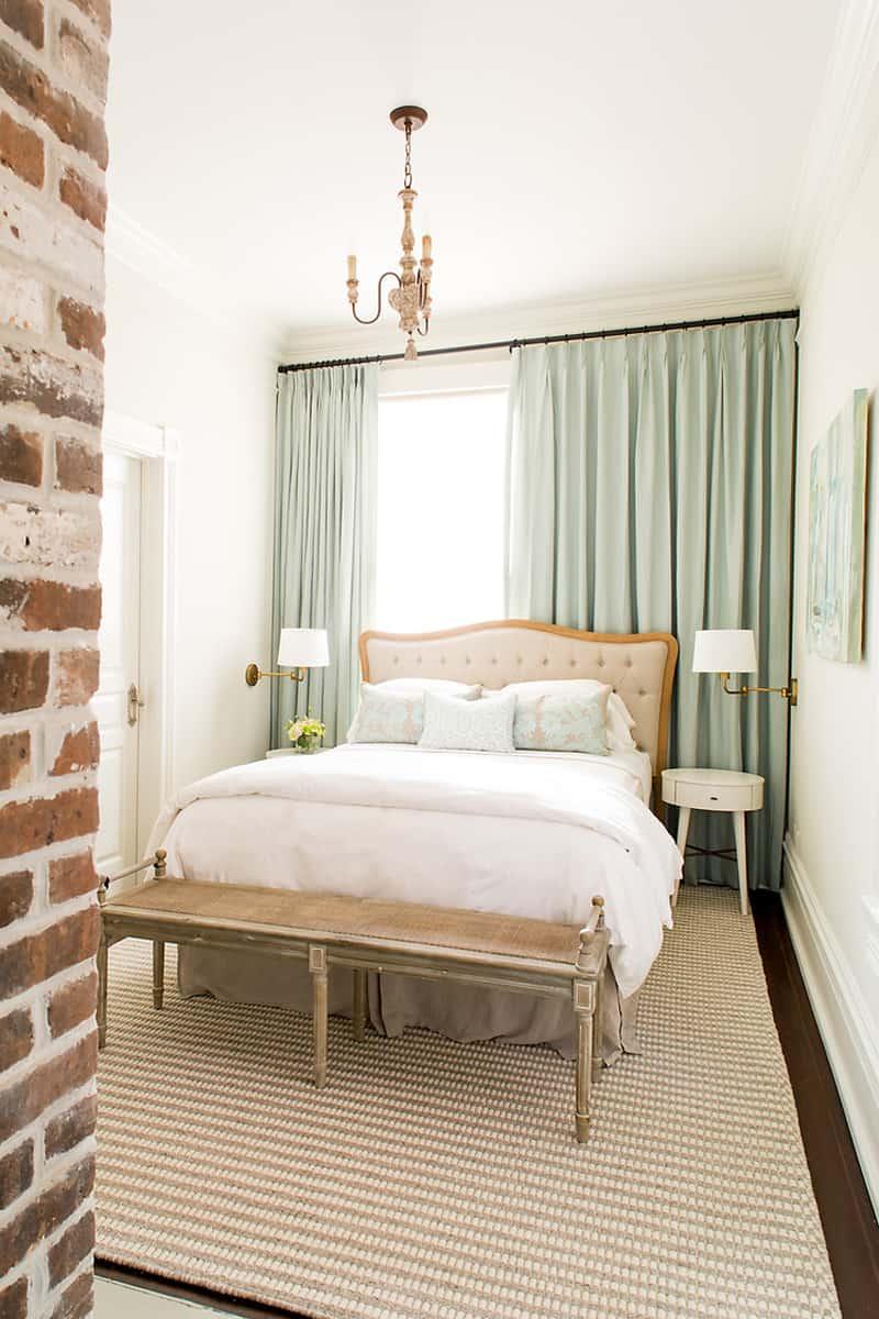 Кровать изголовьем к окну в небольшой спальне